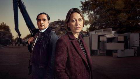 Et lik har ligget i en fryser like lenge som Cassie Stuart (Nicola Walker, til høyre) har vært etterforsker. Hun og Sunny Khan (Sanjeev Bhaskar) nøster opp det 30 år gamle mysteriet.