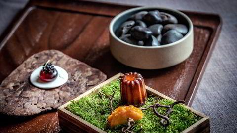 Her er avslutningen på et glimrende måltid (Fra øverst og med klokken): «Askestein» fylt med hvit sjokolade, canelé fylt med blåbær, taco av krumkake fylt med multer, og gelé av rødbete med lakriskaviar