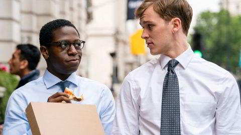 Gående lunsj. Augustus «Gus» Sackey (Daniel Jonsson) og Robert Spearing (Harry Lawtey) er to sultne Oxford-utdannede finansmenn med praksis i investeringsbanken Pierpoint & Co – i HBO-serien «The Industry». De gir deg dessuten troen på at slipset er tilbake.