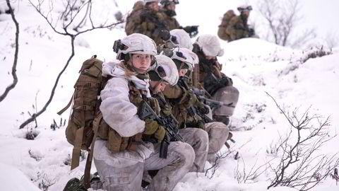 I Forsvaret er problemet med seksuell trakassering størst blant de yngste. Her har Trentroppen i Garnisonen i Sør-Varanger en stans i marsjen under øvelse Jeger.