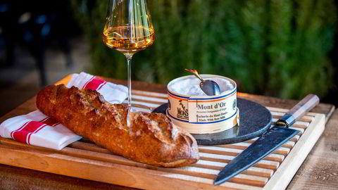 Mont d'Or og Chardonnay fra Jura. Den rennende osten med det klingende navnet Mont d'Or, har i flere hundre år blitt fremstilt i fjellmassivet med samme navn i Haut-Doubs øst i Frankrike på grensen til Sveits.