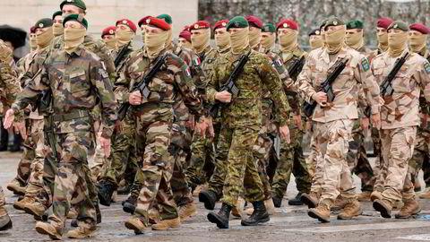 Soldater fra den europeiske hurtigstyrken Takuba marsjerer på Champs-Élysées i Paris 14. juli. Styrken bidrar i Sahel.