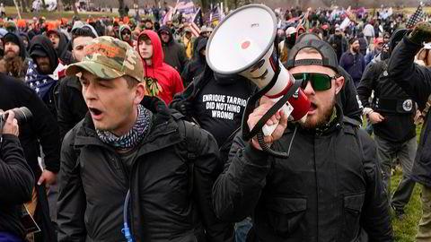Den høyreekstreme gruppen Proud Boys leder an foran stormingen av Kongressen 6. januar. President Ronald Reagan la grunnlaget for at en stor del av befolkningen i dag tror at staten er problemet, skriver artikkelforfatteren.