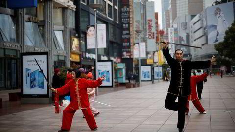 Det praktiseres tai-chi i morgentimene i Shanghai. Det er uro ved børsene i Shanghai og Shenzhen og et aksjelandslag støttekjøper aksjer.