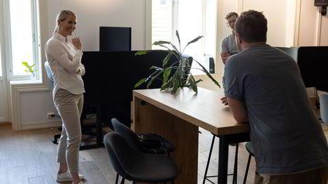 Gründer og daglig leder Ole Henrik Golf i Remote bygger Norges første plattform for fjernarbeid, og vil åpne kontorer i ti norske byer før året er omme. Her sammen med Linn Jeanette Stabell, leder for økonomi og finans i Sparebank 1 i Stavanger, som utfører jobben fra Remotes kontor i Mandal. Robin Berge (til høyre) er markedssjef i Remote.
