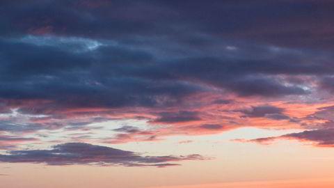 Den lille overnattingsbedriften Skagi Senja hotell & lodge på Senja i Troms er blant de over 10.000 næringsdrivende som siden i sommer har søkt og fått utsettelse for betaling av moms og skatt. Nå nærmer det seg oppgjørets time. Her er kajakkpadlere utenfor øya.