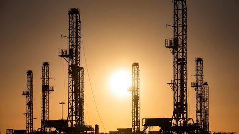 Etterspørselen etter olje ventes å falle fra fjerde kvartal til inneværende kvartal. Det ventes en økning i etterspørselen fra andre kvartal. Denne kan skyte fart i andre halvår. Alt avhenger av vaksinering og lettelser på reiserestriksjoner. Her fra Odessa i Texas.