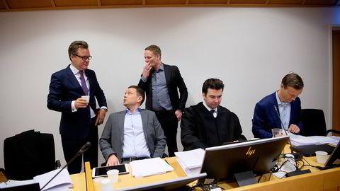 Bank Norwegian møtte saksøkerne Monobank, Ikano Bank og Komplett Bank i striden om annonser på Google. Bank Norwegian vant frem i både tingrett og lagmannsrett. Her ved markedsdirektør i Bank Norwegian, Fredrik Mundal (i grå dressjakke), med advokater.