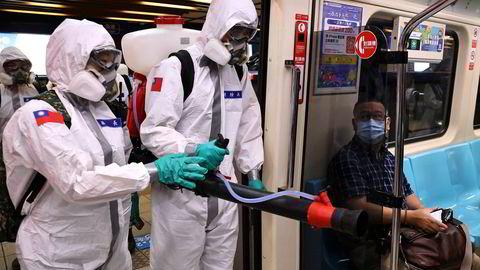 Taiwan hadde under 1000 smittetilfeller totalt fra pandemiens begynnelse frem til begynnelsen av mai. Nå er det over 500 nye smittetilfeller daglig. Soldater er satt inn for å desinfisere blant annet undergrunnsbanen i hovedstaden Taipei – som her på tirsdag.