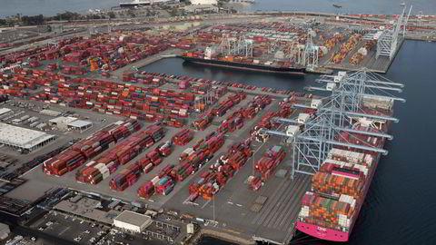 Containerskip fra Asia må vente i inntil tre uker for å kunne legge til ved havnene i California. Aldri tidligere har det kostet mer å frakte varer fra Asia til Nord-Amerika og Europa. Her fra Port of Long Beach like ved Los Angeles.
