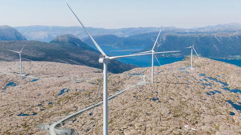 Regjeringen foreslår at vindkraftanleggene betaler en «moderat avgift», som skal sørge for at noe av verdiskapningen blir igjen lokalt. Her fra Guleslettene vindpark like ved Florø. Foto: Tore Meek / NTB