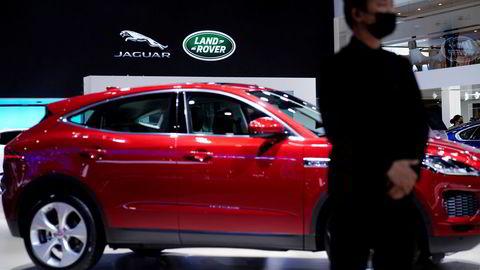 Jaguar Land Rover er siste bilprodusent som må innstille produksjonen ved fabrikker på grunn av en prekær mangel på datakomponenter. Her fra Auto Shanghai i Shanghai denne uken.