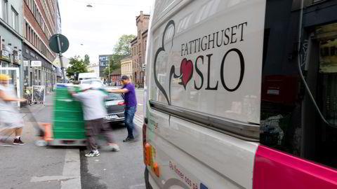 Matvarer lastes ut av Fattighusets varebil i Oslo. Under pandemien har uvanlig mange vært innom for å få hjelp. «Det illustrerer at vi har et stort problem. Et problem som må løses politisk», sa daglig leder, Sverre Rusten, til TV 2.
