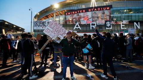 Arsenal-fans utenfor Emirates Stadium fredag, da de protesterte mot eier Stan Kroenkes involvering i planene om en europeisk superliga.