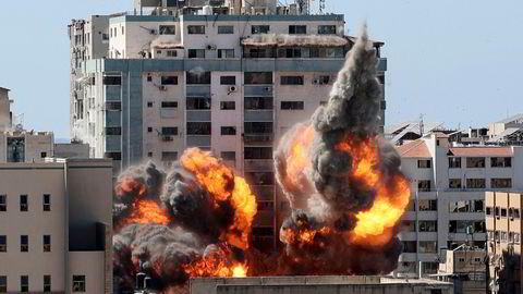 Bygget på Gazastripen som huset flere medier kollapset etter et angrep lørdag.