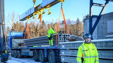 – Hver dag kommer 30 trailere og frakter hulldekker fra fabrikken, sier fabrikksjef ved Contigas bedrift i Moss, Ola Malum.