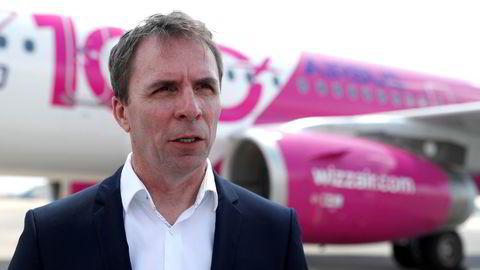 FHI mener ungarske Wizz Air, her representert ved toppsjef Jozsef Varadi på flyplassen i Budapest, hindrer smittesporingsarbeidet