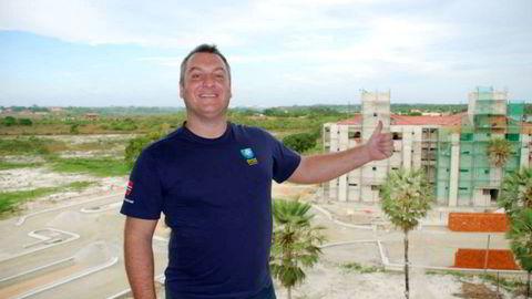 André Stenseng Aalen står bak Brasil Invest as. Her er han avbildet foran et eiendomsprosjekt i Brasil, som er lagt ut på deres Facebook-side. Selskapet bruker siden til markedsføring.