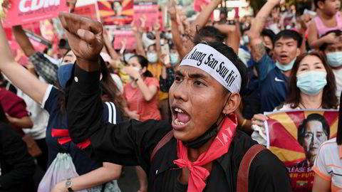 Mandag demonstrerte folk igjen i gatene i hovedstaden Yangon i Myanmar.