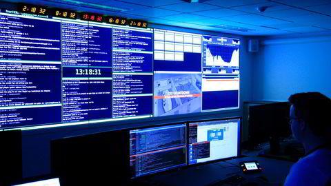Hvordan påvirker cyberangrepet Solorigate Norge og våre nasjonale interesser, spør artikkelforfatterne. Bilde fra operasjonssentralen til Nasjonal sikkerhetsmyndighet (NSM) i Oslo.