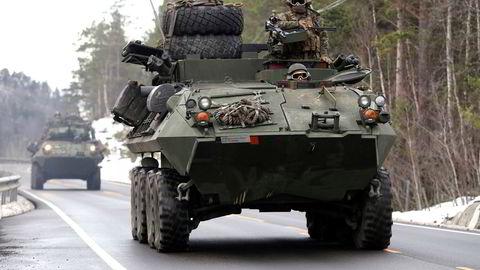 To LAV-25 fra US Marines Corps under øvelse Trident Juncture 2018 i Norge. Skal vi forhåndslagre mer materiell, ammunisjon og drivstoff for allierte styrker? spør artikkelforfatteren.