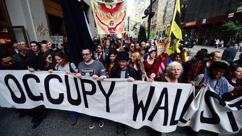Bevegelsen Occupy Wall Street inntar Fifth Avenue i New York 1. mai 2012, i protest mot USAs finanselite.