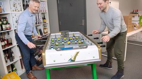 Henrik Thuseth-Berg (til venstre) er toppsjef i Torstein Tvenges vinimportselskap Fondberg som selger vin og sprit som aldri før. Her spiller han fotballspill med salgsdirektør Daniel Mogensen (til høyre) på et Champagne-dekorert spill.