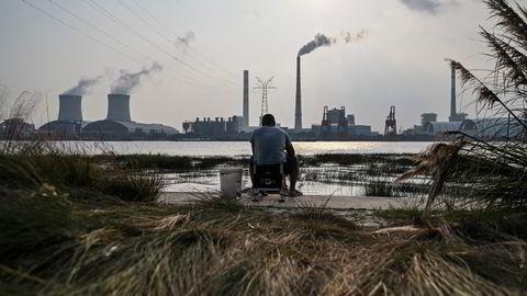 Kullkraftverkene i Kina og India er i ferd med å gå tomme for kull. Lagerbeholdningene er rekordlave. Det rammer den økonomiske aktiviteten, som forsøker å reise seg etter pandemien. Her fra Wujing Coal-Electricity Power Station ved Shanghai.