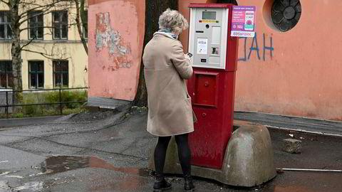 EasyPark har gjennom sin app utviklet en betalingstjeneste som gjør det mulig å betale med mobilen i stedet for på parkeringsautomat. Her fra legevakten i Oslo sentrum.