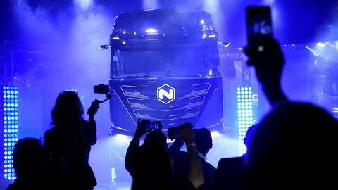 Nicolai Tangen og Oljefondet har troen på lastebilprodusenten Nikola. Her vises en av Nikolas lastebiler frem på et arrangement i Torino, Italia.