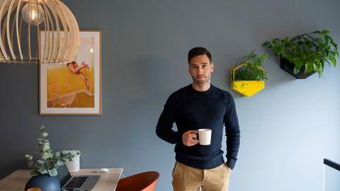 Marius Iversen er eiendomsmegler og har akkurat kjøpt seg ny leilighet alene til 7,8 millioner kroner. Her er han i leiligheten han nettopp har solgt og skal flytte ut av.