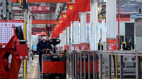 Kina har lagt bak seg et kvartal med svakere vekst. Utfordringene står i kø. Produsentprisene har ikke vært høyere siden 1995 og bankenes utlånsvekst er den svakeste på nesten 20 år. Her fra fabrikklokalene til tungmaskinprodusenten Sany i Beijing i midten av oktober.