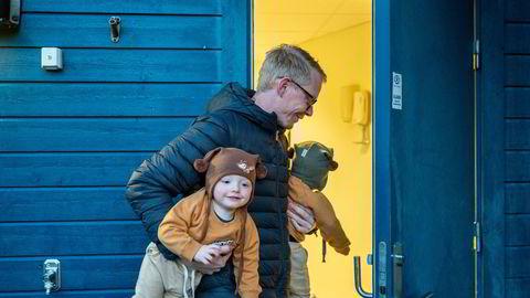 Firebarnspappa Freddy Tysnes har hendene fulle med de to minste i hver arm. Nå blir han en av Statsbudsjettets vinnere.