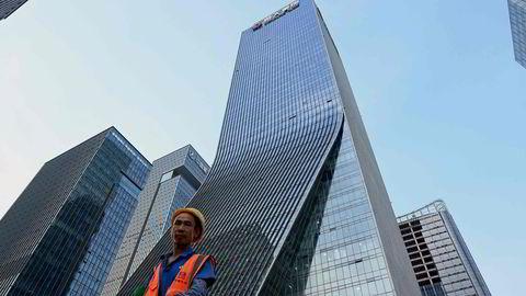 Problemene hos eiendomsselskapet China Evergrande fortsetter og sprer seg til resten av eiendomssektoren i Kina. Det vil ramme den økonomiske veksten i verdens nest største økonomi. Her fra Evergrandes hovedkontor i Shenzhen i Guangdong-provinsen.