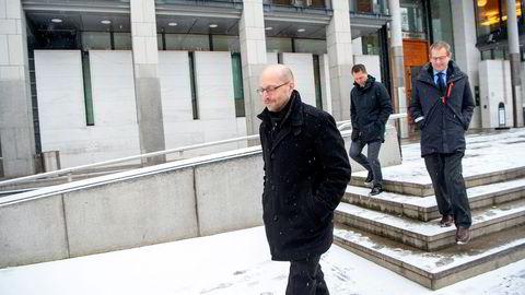 Finansdirektør Mads Breder Koch hos Petter A. Stordalens Strawberry-konsern (til venstre) sammen med advokatene Erik Sandtrø fra advokatfirma Ro Sommernes og Jan Birger Jansen fra Bahr på vei ut av tingretten der spørsmålet er om Stordalens hoteller har en pandemiforsikring eller ikke.