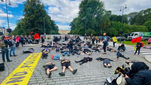 Aktivister fra Extinction Rebellion la seg på gaten foran Slottet i Oslo onsdag.