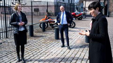 Utenriksminister Ine Eriksen Søreide, næringsminister Iselin Nybø (til venstre) og administrerende direktør Ole Erik Almlid i NHO har engasjert seg i utfordringer med toll på norsk batteriproduksjon etter brexit.
