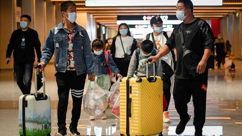 Flere hundre millioner kinesere har hatt fri den siste uken og har benyttet tiden til å reise og bruke penger. Skepsisen til aksjeinvesteringer har økt hos småinvestorer. Her fra hovedjernbanestasjonen i Beijing på onsdag.