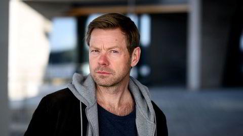Henrik Langeland. Forfatter Henrik Langeland har skrevet skjønnlitterært om pr-bransjen og havnet i offentlig krangel med Kjell Inge Røkke. Nå er han selv klar for pr-bransjen, der han skal jobbe for Corporate Communications.