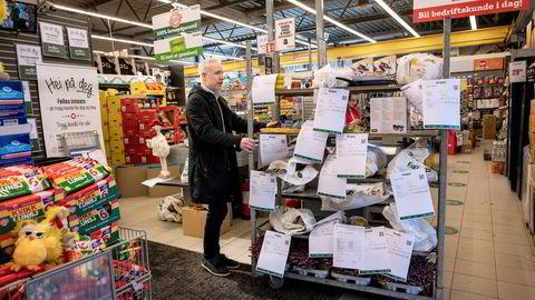 Europris-sjef Espen Eldal ser på hvordan butikken i Fredrikstad har organisert seg med vareutlevering under nedstengingen. Nå velger flere av kundene netthandel.