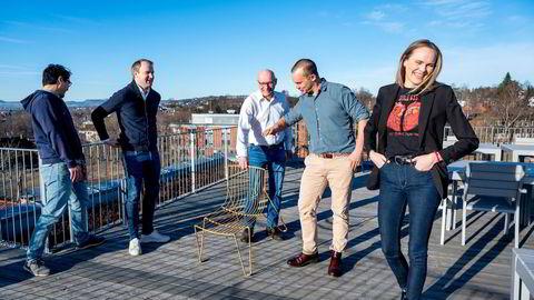 Seriegründer Geir Førre (i midten) presenterer sitt «nye» investeringsselskap. «Entrepreneur in residence» John Paul Salvador (fra venstre), partner Magnus Nordseth, Entrepedia-sjef Oliver Halvorsrød og tidligfase-sjef Lauga Oskarsdottir skal gjøre Firda til en livsløpsinvestor og industriell eier.