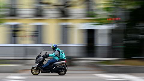 Mopeder er et effektivt virkemiddel i kampen for å nå kundene på kortest mulig tid. Den britiske hjemleveringsplattformen Deliveroo er en av flere store aktører som nå konkurrerer knallhardt for å posisjonere seg.