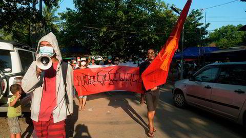 Demonstrasjonene fortsetter mot militærjuntaen i Myanmar, til tross for at over 700 mennesker er drept siden militæret tok makten natt til 1. februar. Her fra den tidligere hovedstaden Yangon på søndag.