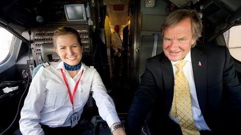 Anna Helene Kjos-Mathisen er datter av Norwegian-sjef Bjørn Kjos og har jobbet som pilot i flyselskapet. Hun eier aksjer i Bank Norwegian for 600 millioner sammen med søsknene sine.