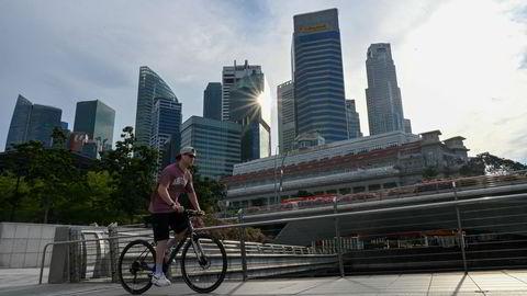 Singapore er en av verdens mest handelsavhengige økonomier. Grensene har vært stengt under koronapandemien. Nå er befolkningen nesten fullvaksinerte og den økonomiske aktiviteten er i ferd med å ta seg opp. Nye smitteutbrudd bekymrer.