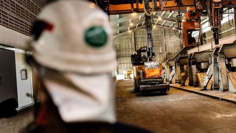 Tirsdag publiseres PMI-tall for norsk industri i mai. Her fra elektrolysehallen på Hydro sitt anlegg for produksjon av aluminium på Karmøy.