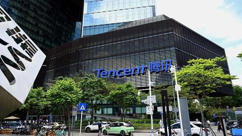 Børsverdiene på de kinesiske teknologi- og internettselskapene har stupt etter nye reguleringer og innstramninger. Kursfallet fortsetter på tirsdag for Tencent, som er Kinas største børsnoterte selskap.