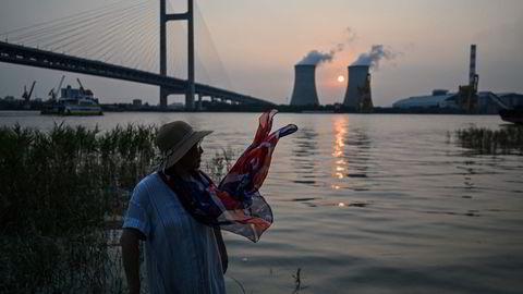 Kinesiske byer og industriområder har vært delvis mørklagte denne uken på grunn av en voksende strømkrise.  Dette har også rammet underleverandører til Tesla og Apple. Her fra Wujing Coal-Electricity Power Station ved Shanghai på tirsdag.