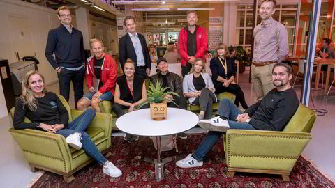 I åtte år er det bygget et fellesskap rundt gründersofaen til StartupLabs i Forskningsparken. Her er sittende fra venstre: Anne Lise Waal (Attensi), Rolf Assev (StartupLabs), Lauga Oskarsdottir (Firda Seed), Truls Brataas (Douchebag), Karen Dolva (No Isolation), Lise Fulland (StartupLabs) og Karl Alveng Munthe-Kaas (Oda). Stående bak: Daniel Sørli (Dr. Dropin), Eilert Hanoa (Kahoot), Per Einar Dybvik (StartupLabs) og Gisle Østereng (StartupLabs).