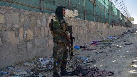 En Taliban-kriger holder vakt utenfor flyplassen i Kabul etter dramaet der to selvmordsbomber ble utløst torsdag.
